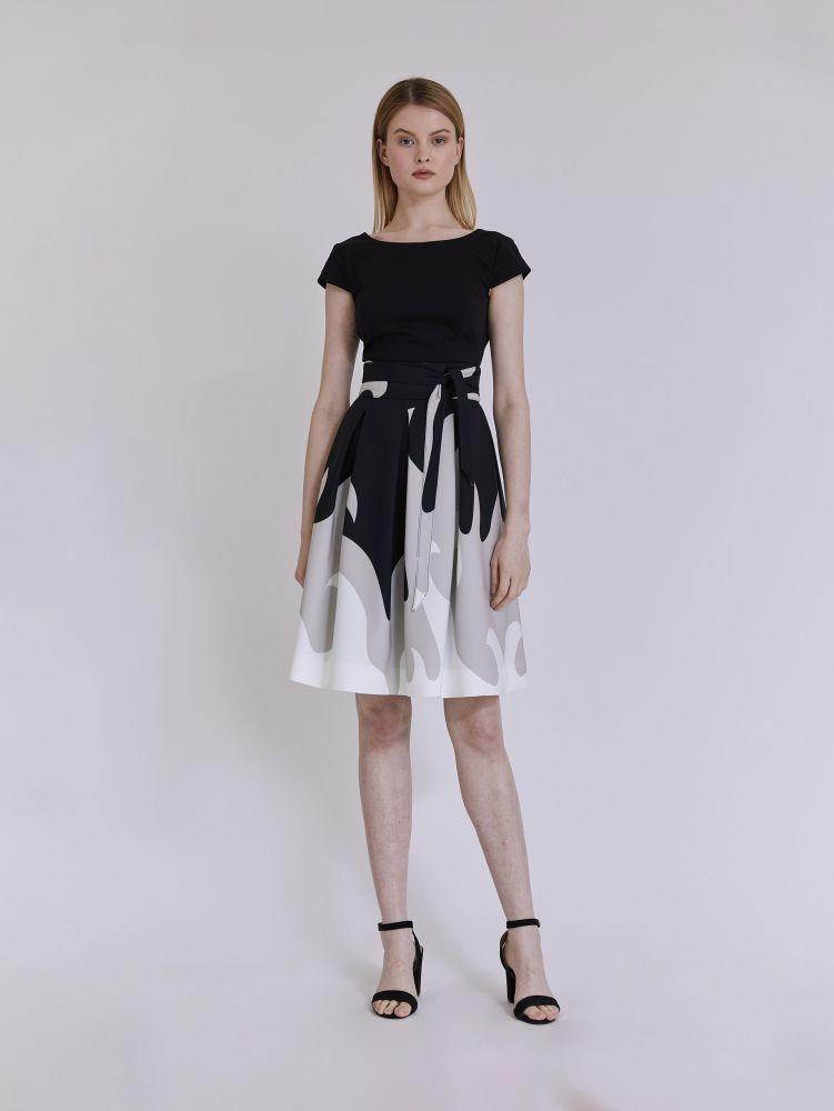 Κοντομάνικο φόρεμα με πιέτες και ζώνη